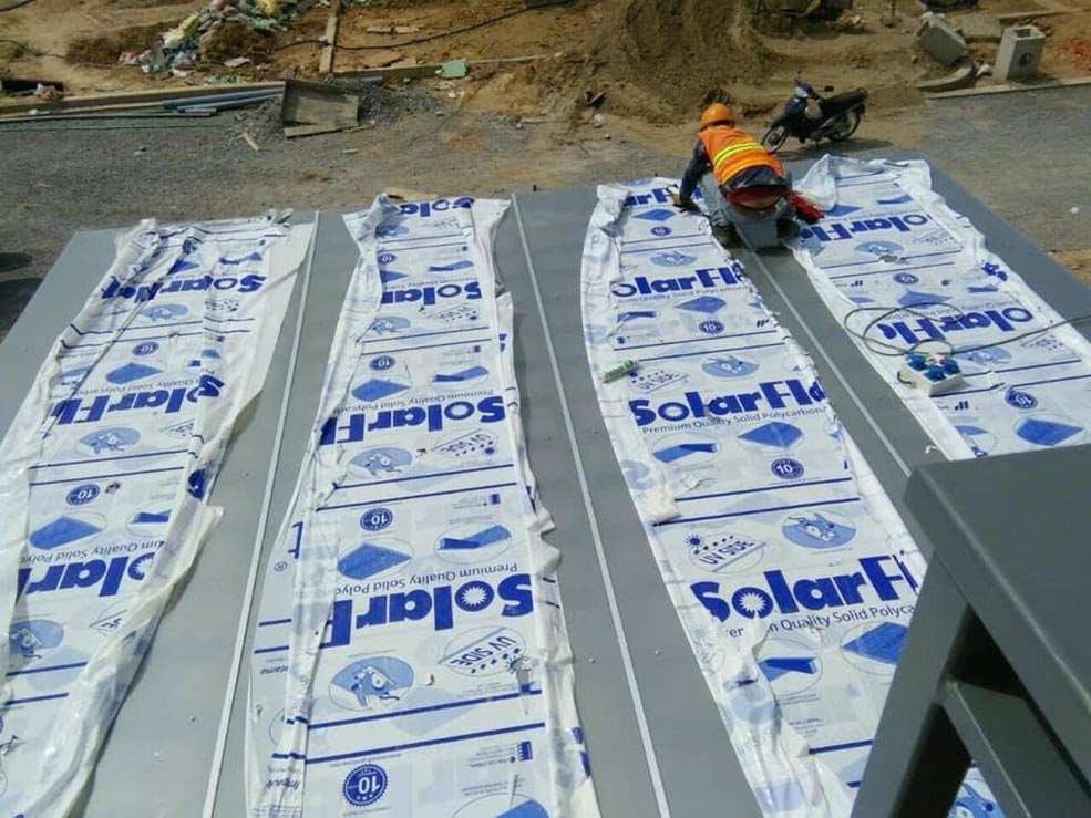 công trình lợp mái bằng tấm lợp lấy sáng đặc ruột solarflat 4mm thực hiện bởi 2 Nấm