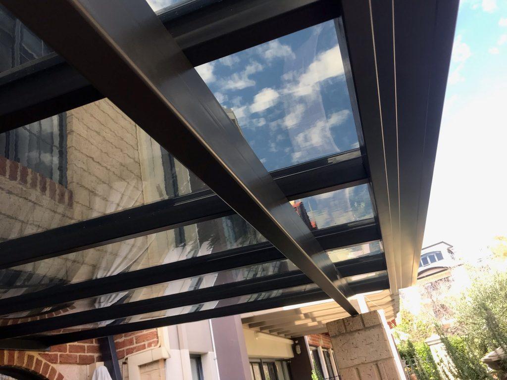 Tấm polycarbonate đặc ruột lợp mái lấy sáng nhà ở